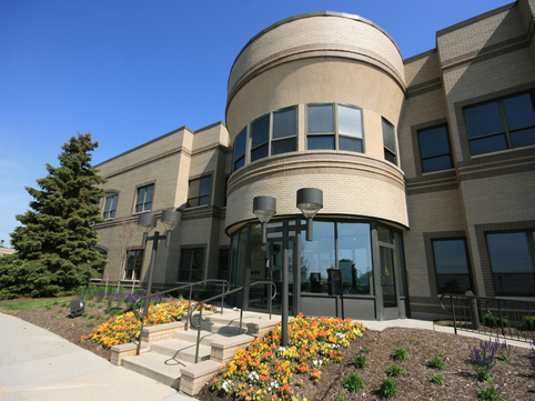Keystone Office Park, 3077 E. 98th St., Indianapolis � Prime 1st floor lobby suite with lake view available